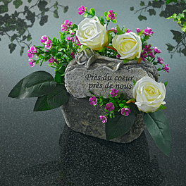 Composition avec pierre commémorative