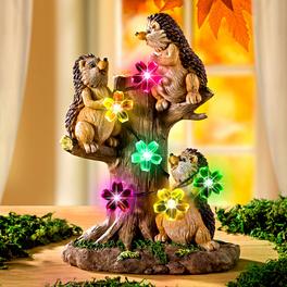 Hérissons sur branche avec guirlande lumineuse