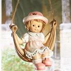Figurine fillette sur son hamac
